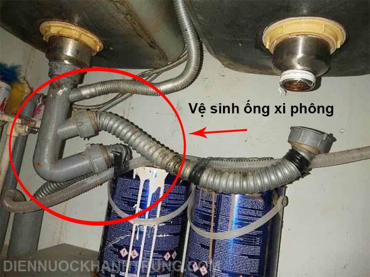 Vệ sinh ống xi phông bồn rửa chén